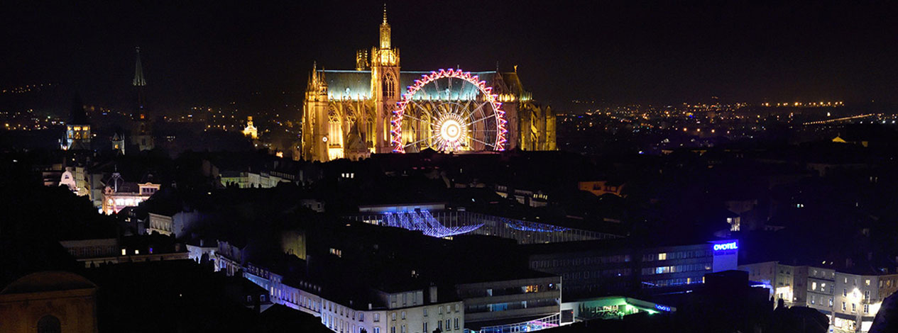 Vue aérienne de nuit de la cathédrale de Metz réalisée par un drone