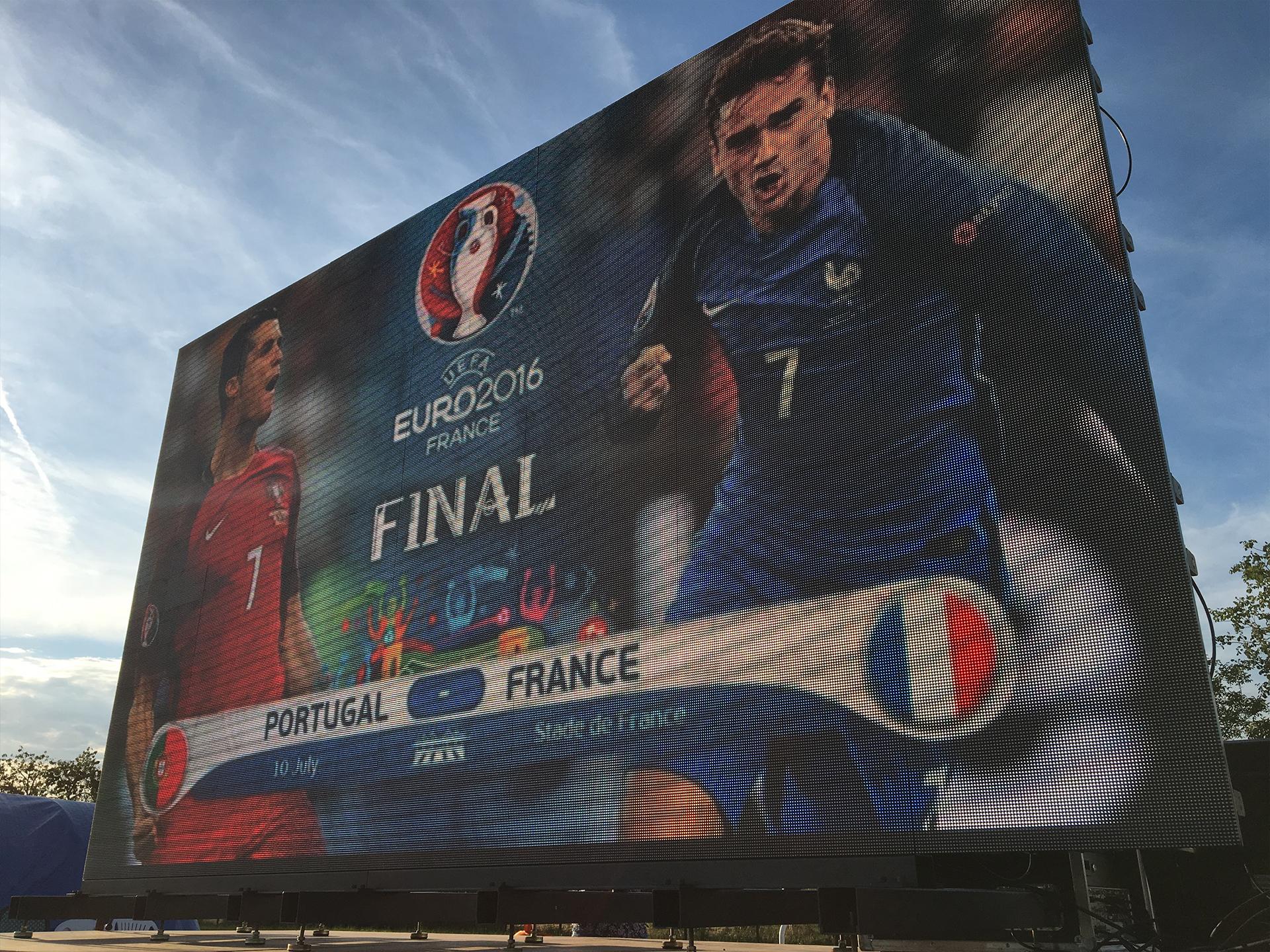 Grand écran à LED plein jour diffusant la finale de l'Euro 2016